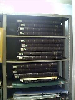 平置きでスチール棚の棚板一枚分を占有する大型図書。たぶん地図。日本海の表記はどうなってますかねw