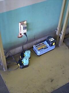 使用する電動工具のバッテリは構内の電源コンセントから充電中